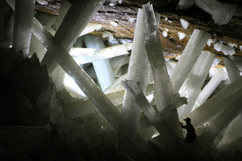 350_inline_CJ_cave_science_gypsum_crystals.png
