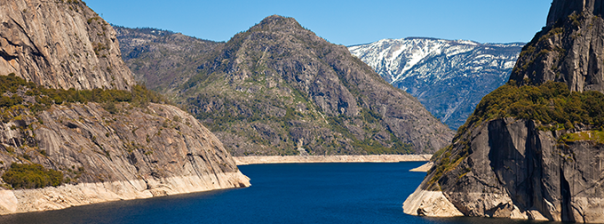 a photo of the Hetch Hetchy reservoir in California showing how water levels have been dropping