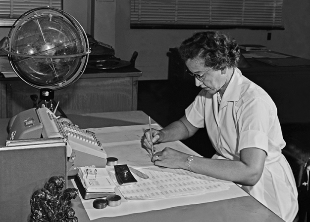 730_Katherine-Johnson-at-her-desk-1962.png